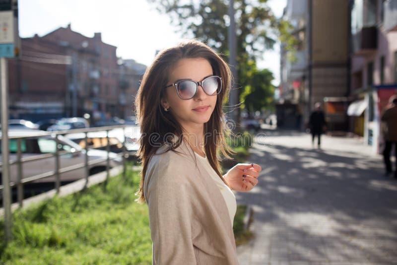Retrato al aire libre de la moda de la mujer bonita joven Ropa informal y gafas de sol hermosas de la muchacha fotografía de archivo libre de regalías