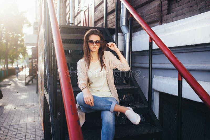 Retrato al aire libre de la moda de la mujer bonita joven Ropa informal y gafas de sol hermosas de la muchacha imágenes de archivo libres de regalías
