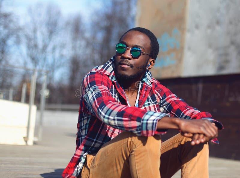 Retrato al aire libre de la moda del hombre africano joven elegante imagen de archivo