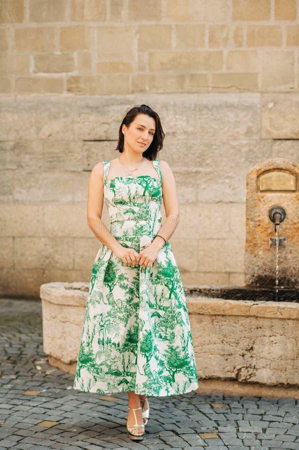 Retrato al aire libre de la moda de la mujer hermosa con el pelo oscuro imagen de archivo