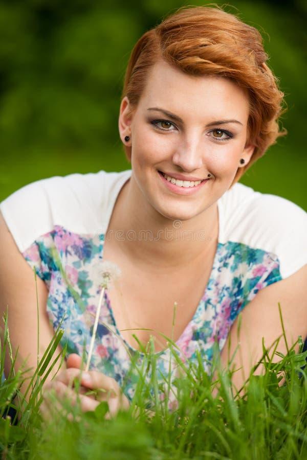 Retrato al aire libre de la morenita joven atractiva fotografía de archivo