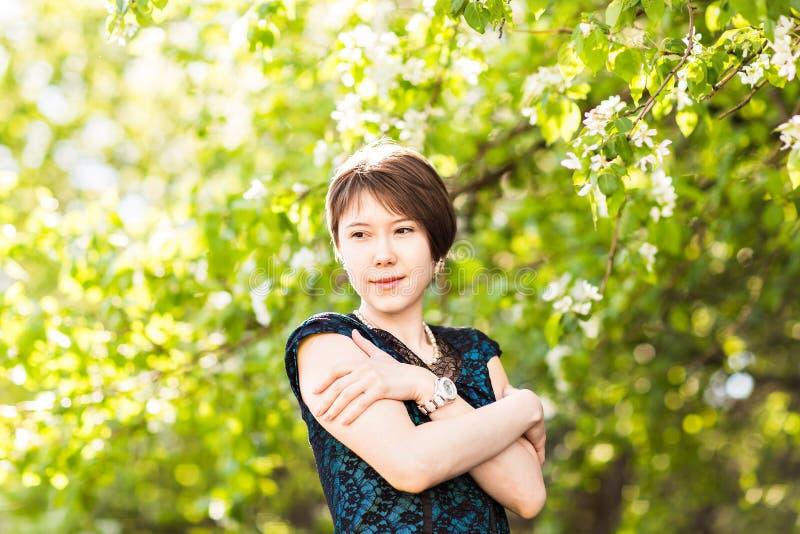 Retrato al aire libre de la muchacha de la primavera en árboles florecientes Mujer romántica de la belleza en flores Señora sensu foto de archivo libre de regalías