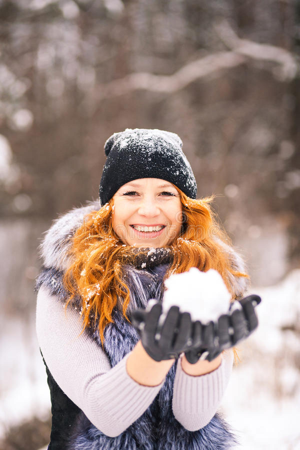 Retrato al aire libre de la muchacha hermosa del invierno fotos de archivo libres de regalías