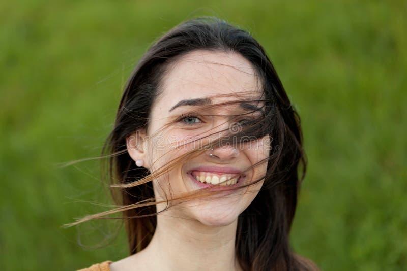 Retrato al aire libre de la muchacha hermosa que ríe mientras que el viento se mueve fotos de archivo