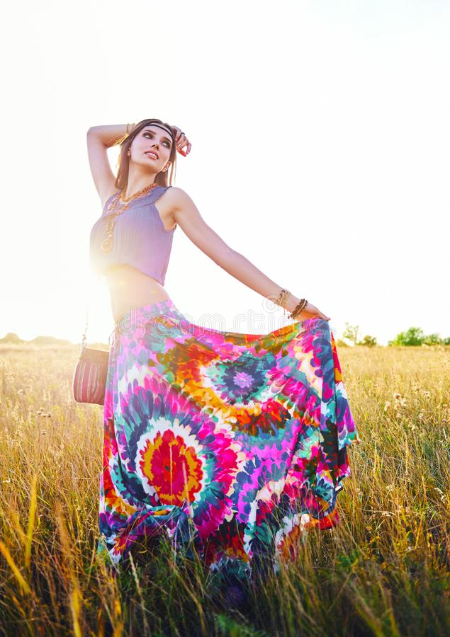 Retrato al aire libre de la muchacha joven atractiva sonriente del hippie del boho en prado fotos de archivo libres de regalías