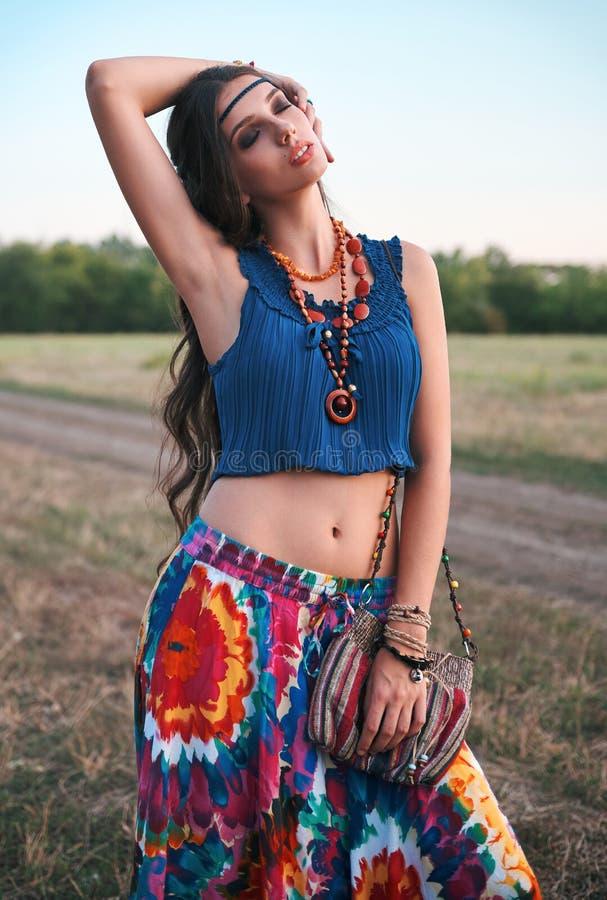 Retrato al aire libre de la muchacha joven hermosa del hippie del boho en prado en el tiempo de la puesta del sol imagenes de archivo