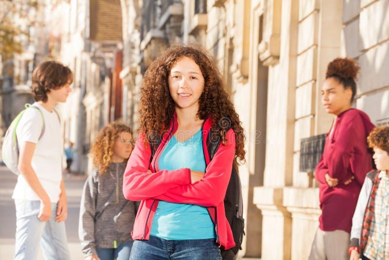 Retrato al aire libre de la muchacha rizada joven en la calle fotos de archivo
