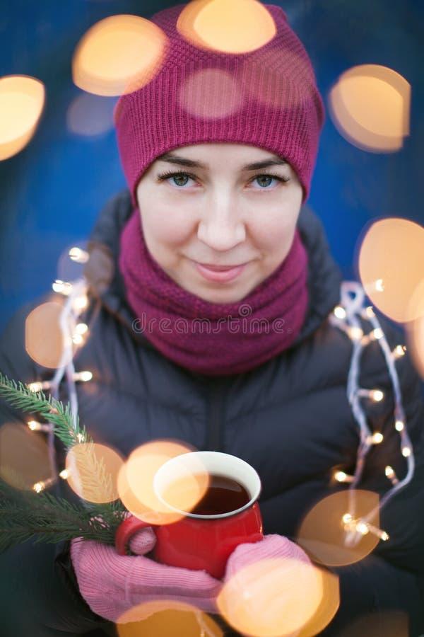 Retrato al aire libre de la muchacha sonriente feliz hermosa joven del inconformista que presenta en la calle, mirando la cámara, imagenes de archivo
