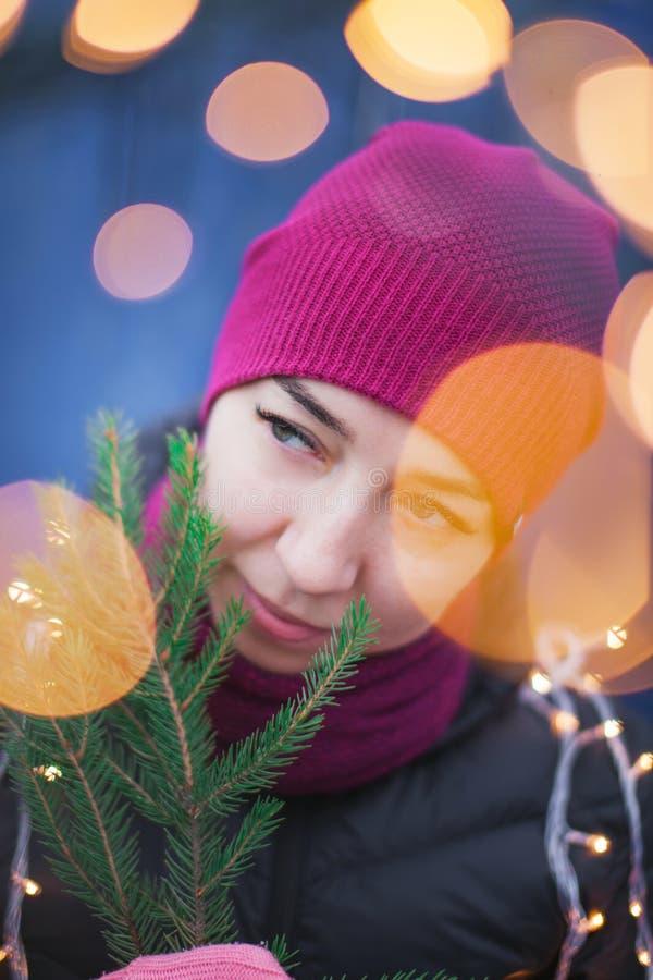 Retrato al aire libre de la muchacha sonriente feliz hermosa joven del inconformista que presenta en la calle, mirando la cámara, imagen de archivo