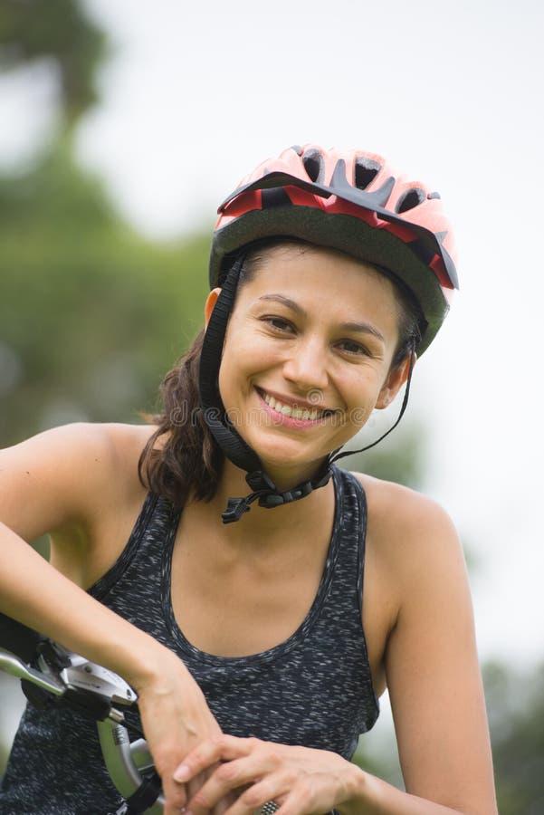 Retrato al aire libre de la mujer activa joven feliz de la bicicleta fotografía de archivo libre de regalías