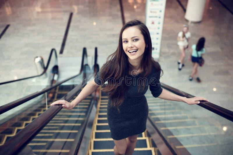 Retrato al aire libre de la mujer atractiva joven hermosa foto de archivo