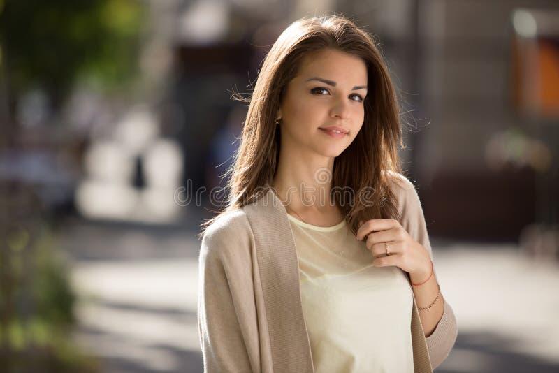 Retrato al aire libre de la mujer de la belleza con la sonrisa perfecta que se coloca en la calle fotos de archivo libres de regalías