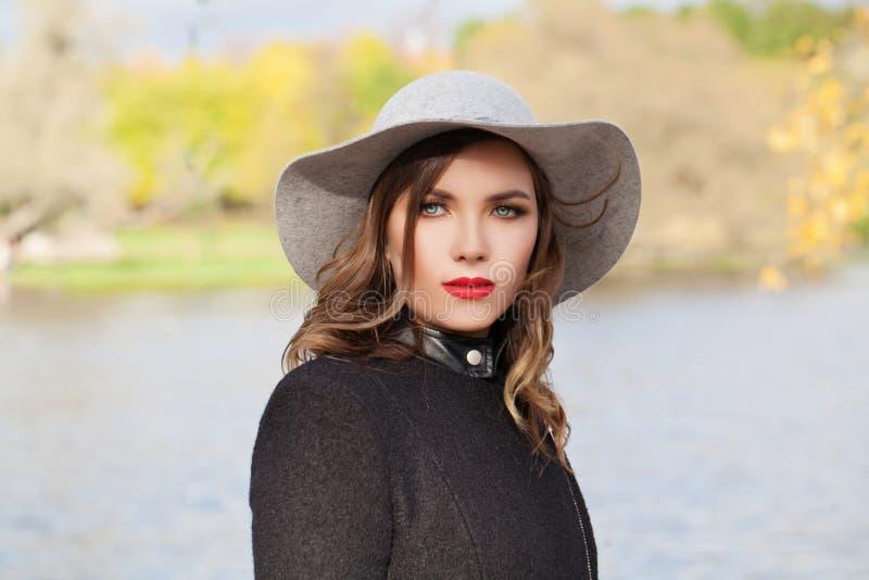 Retrato al aire libre de la mujer elegante, cara modelo femenina imagenes de archivo