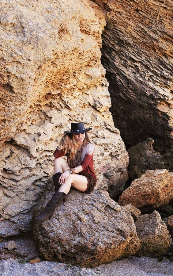 Retrato al aire libre de la mujer de la moda, estilo del hippie del indie imágenes de archivo libres de regalías