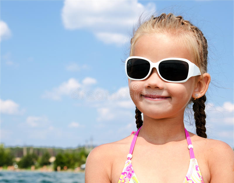 Retrato al aire libre de la niña linda que mira lejos imágenes de archivo libres de regalías