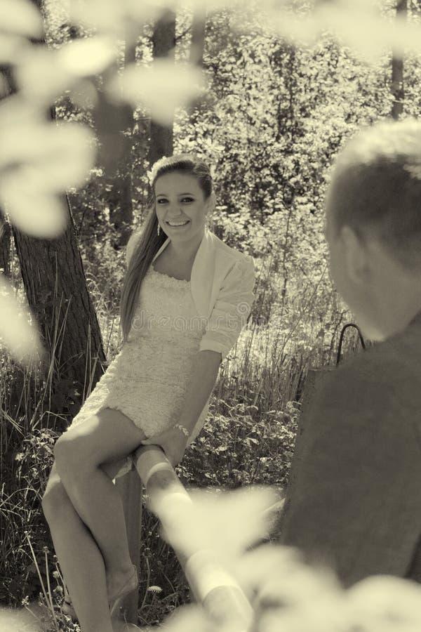 Retrato al aire libre de los pares jovenes imagen de archivo libre de regalías