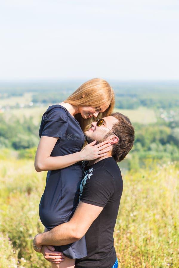 Retrato al aire libre de los pares jovenes Muchacha bonita hermosa que besa al muchacho hermoso Foto sensual imagen de archivo