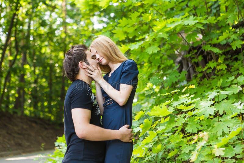 Retrato al aire libre de los pares jovenes Muchacha bonita hermosa que besa al muchacho hermoso Foto sensual imagenes de archivo