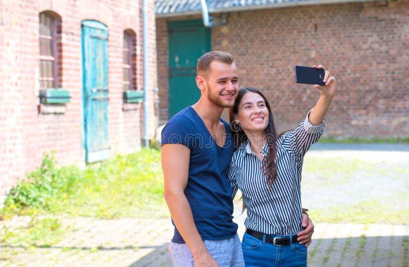 Retrato al aire libre de los pares jovenes románticos que toman el selfie fotos de archivo libres de regalías