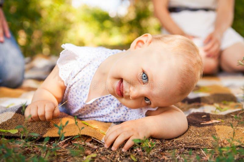 Retrato al aire libre de un bebé en todos los fours arrastre en niño de las rodillas fotografía de archivo libre de regalías