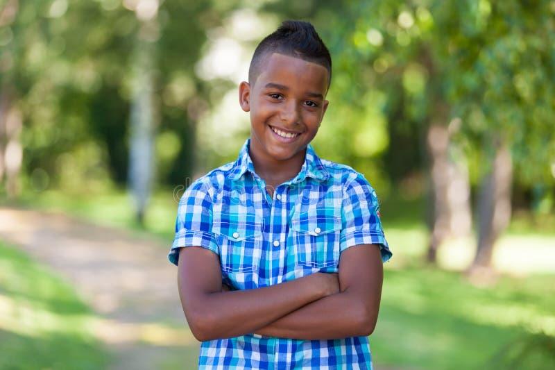 Retrato al aire libre de un muchacho negro adolescente lindo - gente africana fotografía de archivo libre de regalías