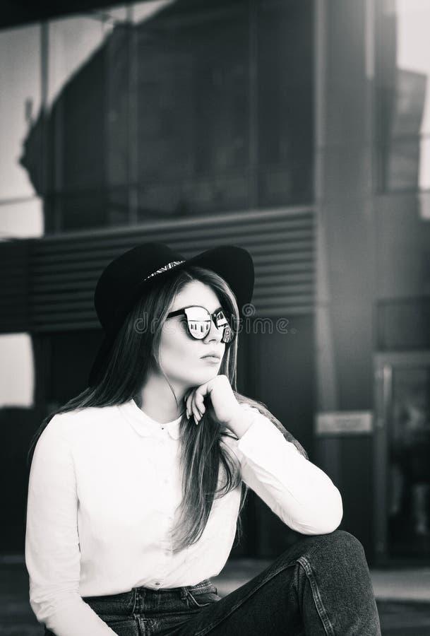 Retrato al aire libre de una muchacha bonita imágenes de archivo libres de regalías