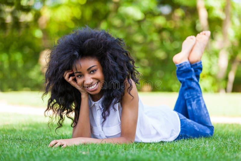 Retrato al aire libre de una muchacha negra adolescente - gente africana foto de archivo libre de regalías