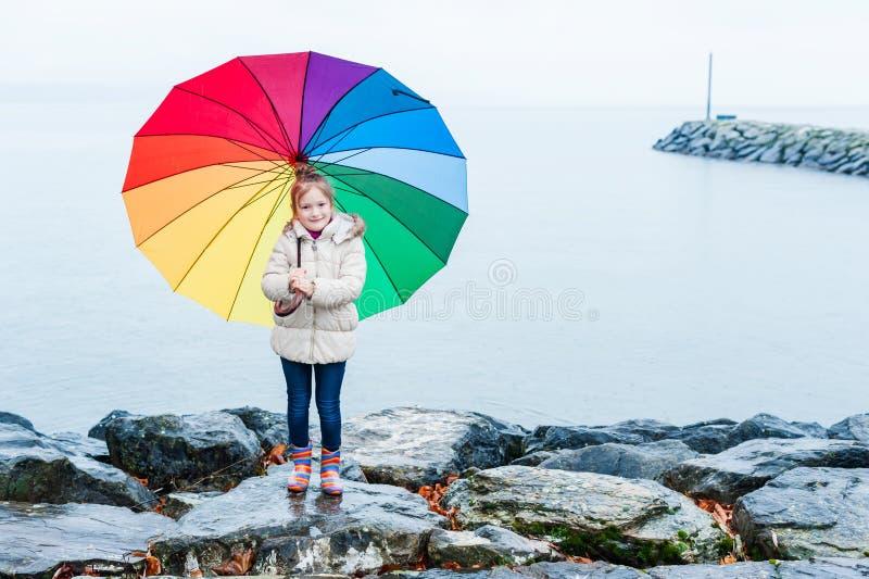 Retrato al aire libre de una niña linda foto de archivo