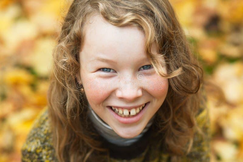 Retrato al aire libre del alto ángulo de la muchacha rubia sonriente foto de archivo
