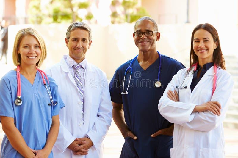 Retrato al aire libre del equipo médico imagen de archivo libre de regalías