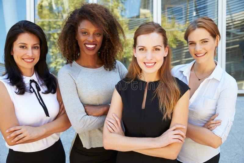 Retrato al aire libre del equipo multicultural femenino del negocio imagen de archivo libre de regalías