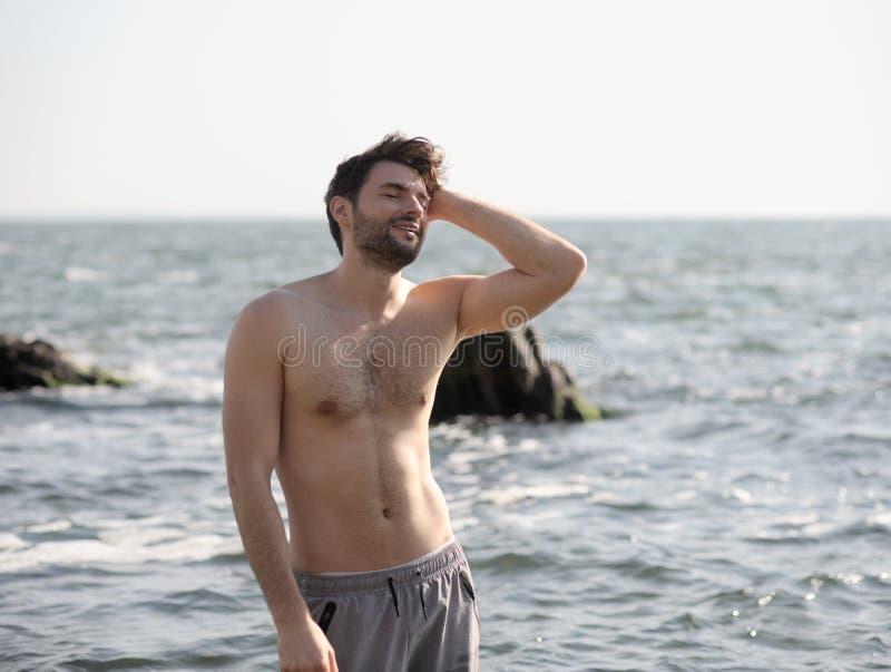 Retrato al aire libre del hombre elegante joven cerca del mar imágenes de archivo libres de regalías