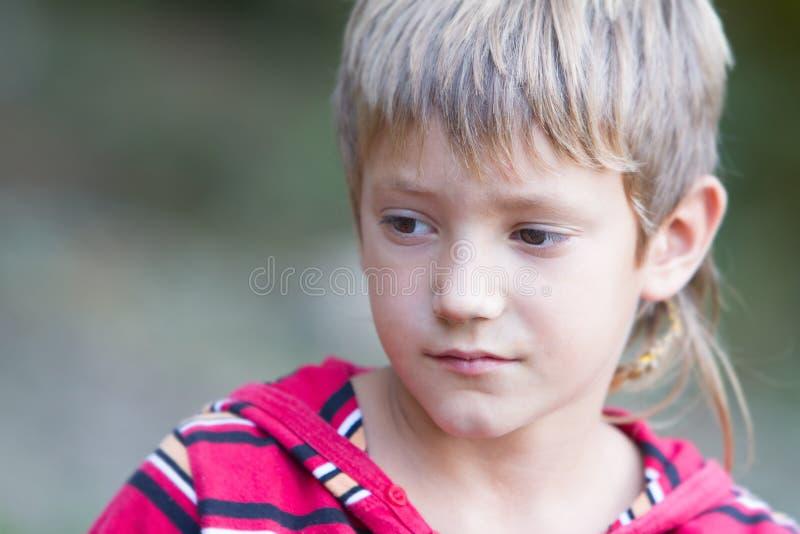 Retrato al aire libre del muchacho del niño imagen de archivo