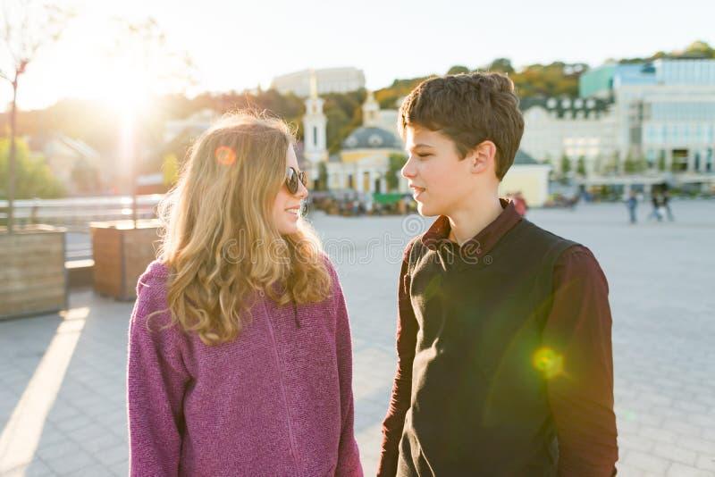 Retrato al aire libre del muchacho y de la muchacha jovenes de los pares imagen de archivo