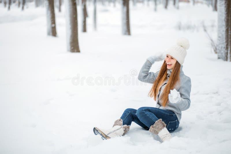 Retrato al aire libre del primer de la muchacha sonriente feliz hermosa joven, del sombrero hecho punto elegante y de los guantes fotos de archivo