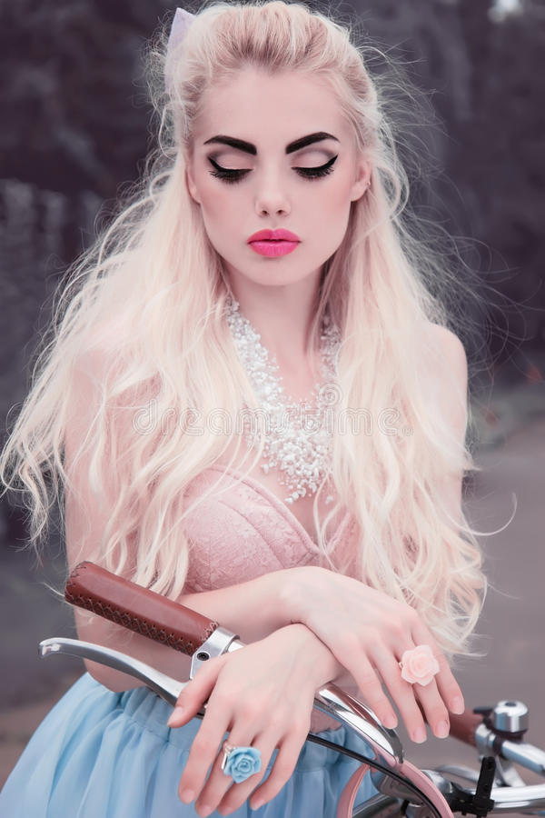 Retrato al aire libre del primer de una muchacha rubia dulce y atractiva muy hermosa con la piel perfecta y el maquillaje sin def imagen de archivo libre de regalías