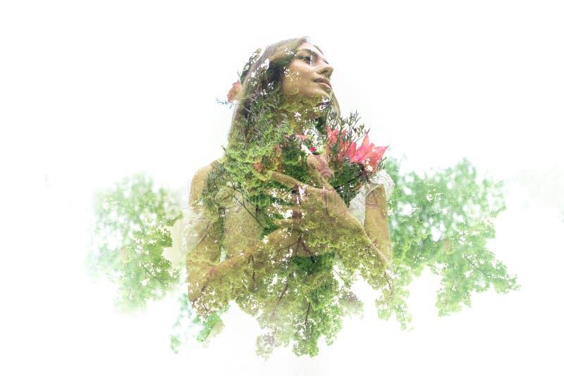 Retrato al aire libre del verano de la muchacha bastante linda de los jóvenes imagen de archivo libre de regalías