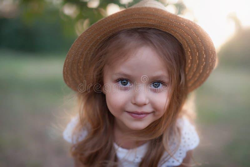 Retrato al aire libre del verano del niño feliz hermoso imagen de archivo libre de regalías