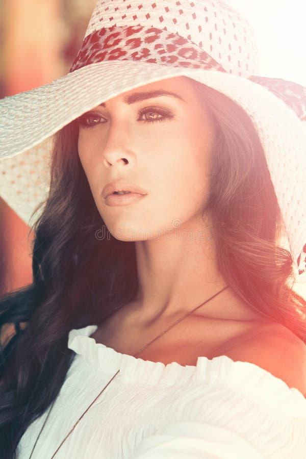Retrato al aire libre joven de la mujer elegante con día de verano del sombrero foto de archivo