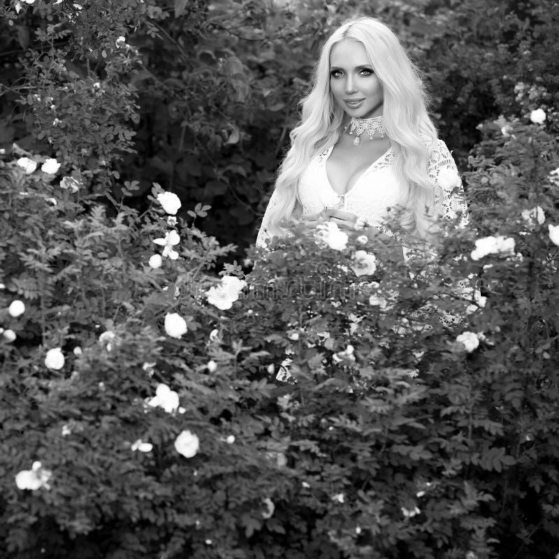 retrato al aire libre Negro-blanco de la mujer rubia joven hermosa en vestido elegante fotos de archivo libres de regalías