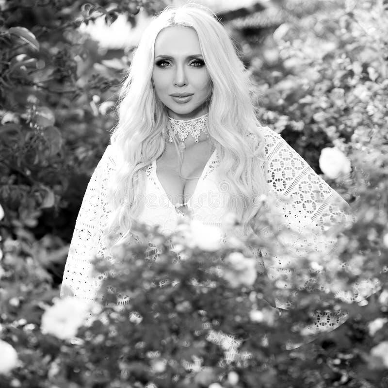 retrato al aire libre Negro-blanco de la mujer rubia joven hermosa en vestido elegante imagen de archivo