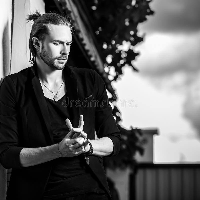 retrato al aire libre Negro-blanco del hombre hermoso del pelo largo elegante imagen de archivo
