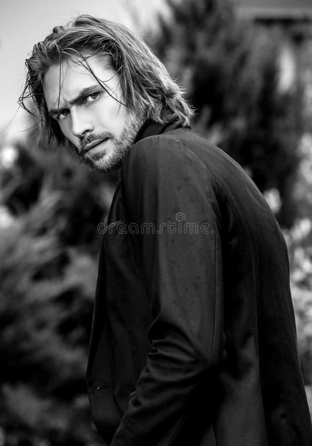 retrato al aire libre Negro-blanco del hombre hermoso del pelo largo elegante fotos de archivo