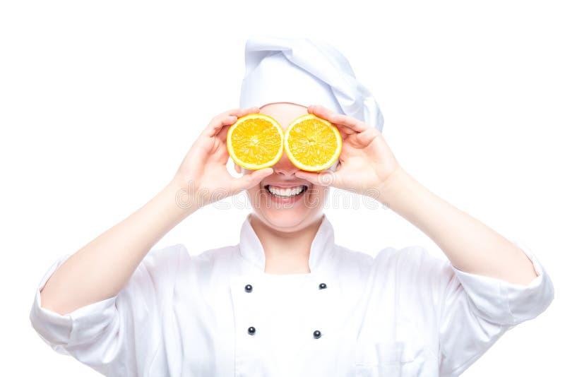 retrato alegre de un cocinero con las naranjas en el fondo blanco fotos de archivo