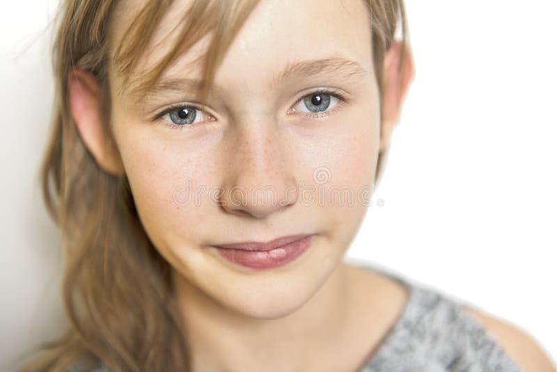Retrato alegre lindo de la niña, aislado en la cabeza roja del fondo gris fotos de archivo libres de regalías