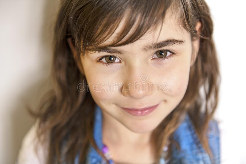 Retrato alegre lindo de la niña, aislado en fondo gris foto de archivo