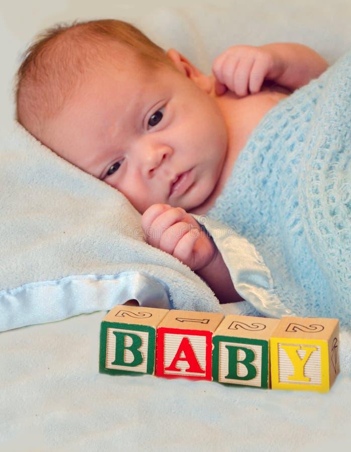 Retrato alerta de um bebê, com blocos fotografia de stock