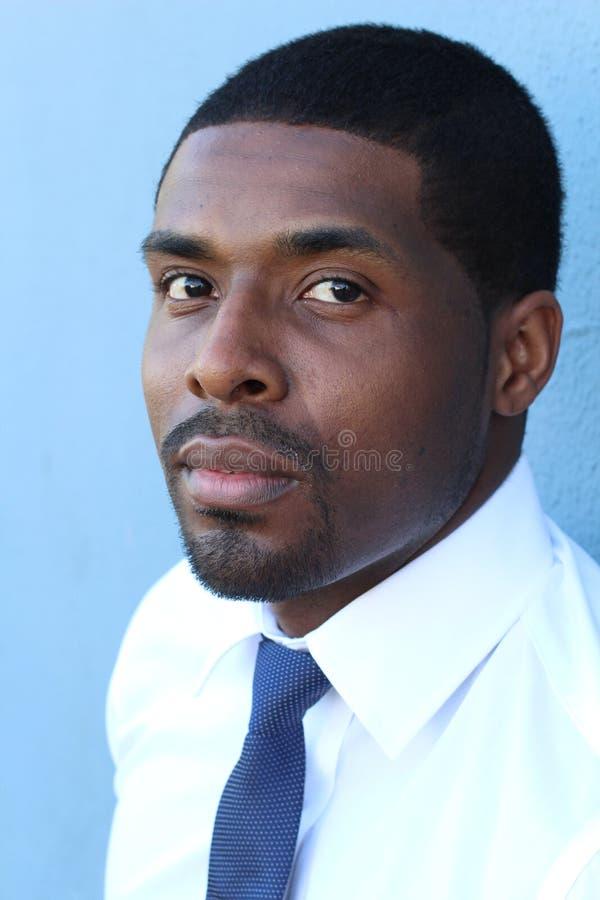Retrato altamente detalhado do close-up de um homem de negócio africano bem sucedido esperto novo fotografia de stock