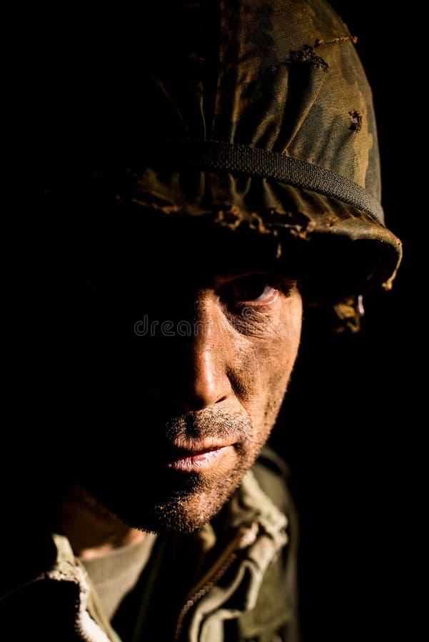 Retrato americano del SOLDADO ENROLLADO EN EL EJÉRCITO - PTSD fotografía de archivo