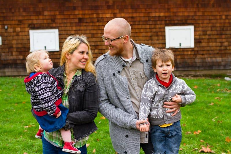 Retrato americano do estilo de vida da família de quatro pessoas fotografia de stock royalty free